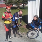 Punktering etter 5 mil, + 3 km gange med punktert sykkel, Torgeir og Alf Henrik lapper dekk