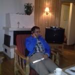I hytta, Tahir i telefonen med rapport til en av sine mange venner